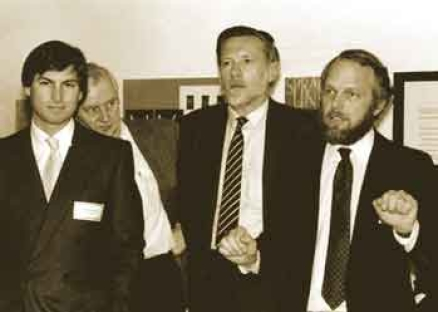 Steve Jobs (Apple), John Warnock (Adobe) i Charles Geschke (Adobe) we wczesnych stadiach PostScript i LaserWriter.
